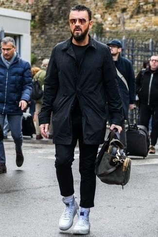 Come indossare e abbinare chino neri: Abbina un trench nero con chino neri per essere elegante ma non troppo formale. Se non vuoi essere troppo formale, scegli un paio di sneakers alte bianche come calzature.