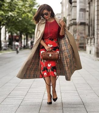 Come indossare e abbinare: trench marrone chiaro, maglione girocollo a righe orizzontali rosso, gonna a tubino a fiori rossa, décolleté in pelle neri