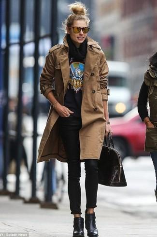 Look alla moda per donna: Trench marrone, Maglione girocollo stampato nero, Jeans aderenti neri, Stivaletti in pelle neri