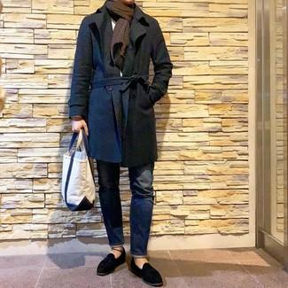 Come indossare e abbinare: trench nero, maglione girocollo bianco, jeans blu scuro, mocassini con nappine in pelle scamosciata neri