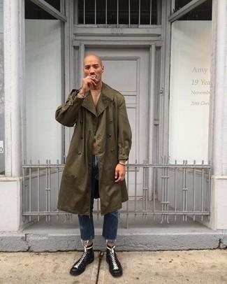 Trend da uomo 2021: Potresti abbinare un trench verde oliva con jeans blu scuro se preferisci uno stile ordinato e alla moda. Completa questo look con un paio di stivali casual in pelle neri.