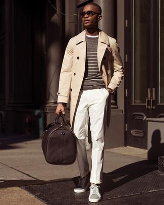 Come indossare e abbinare: trench beige, maglione girocollo a righe orizzontali marrone, t-shirt girocollo bianca, pantaloni eleganti bianchi
