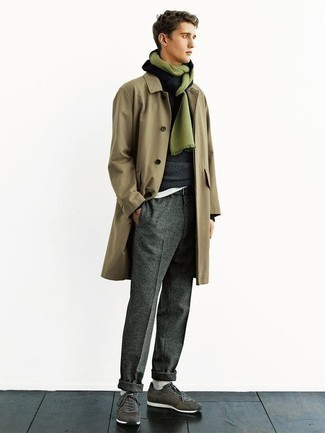 Come indossare e abbinare chino di lana grigio scuro: Mostra il tuo stile in un trench marrone chiaro con chino di lana grigio scuro per essere elegante ma non troppo formale. Scarpe sportive verde scuro daranno una nuova dimensione a un look altrimenti classico.