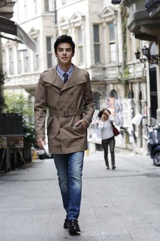 Come indossare: trench marrone, camicia elegante in chambray azzurra, jeans blu, scarpe double monk in pelle nere