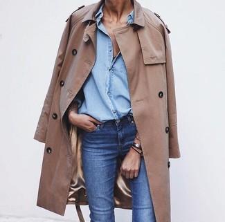 Look alla moda per donna: Trench marrone chiaro, Camicia di jeans azzurra, Jeans blu