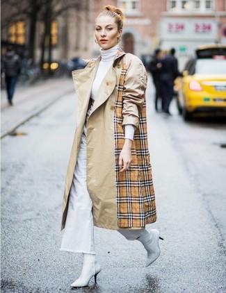 Come indossare: trench scozzese marrone chiaro, dolcevita bianco, pantaloni larghi di jeans bianchi, stivaletti in pelle bianchi