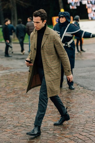 Come indossare e abbinare: trench scozzese marrone chiaro, dolcevita nero, pantaloni eleganti di lana grigio scuro, stivali chelsea in pelle neri