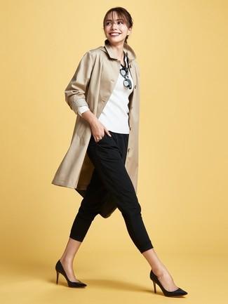 Come indossare e abbinare: trench marrone chiaro, maglione con scollo a v bianco e nero, pantaloni skinny neri, décolleté in pelle neri