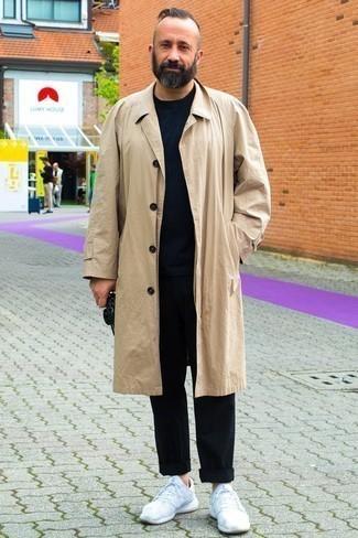Trend da uomo 2020: Scegli un outfit composto da un trench marrone chiaro e chino neri per un look davvero alla moda. Calza un paio di scarpe sportive bianche per avere un aspetto più rilassato.