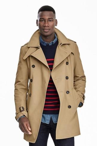 Come indossare e abbinare: trench marrone chiaro, maglione girocollo a righe orizzontali blu scuro e rosso, camicia di jeans blu, jeans blu scuro