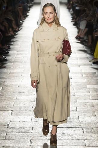 Come indossare: trench marrone chiaro, stivaletti con lacci in pelle marroni, pochette in pelle bordeaux