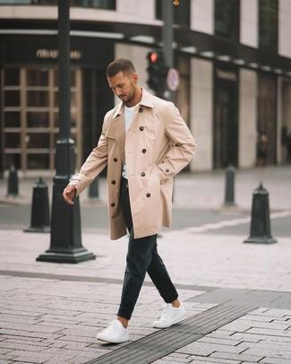 Come indossare e abbinare: trench marrone chiaro, t-shirt girocollo bianca, chino neri, sneakers basse bianche