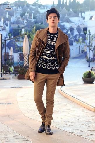 Come indossare: trench marrone, maglione girocollo con motivo fair isle nero e bianco, chino marroni, scarpe derby in pelle nere