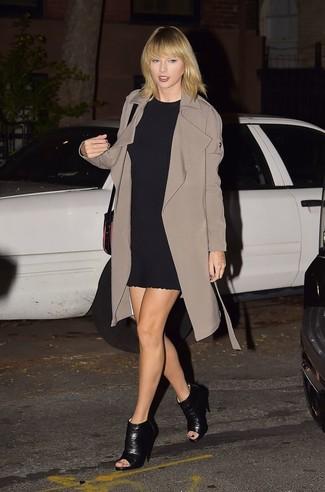 64079fb043 Look di Taylor Swift: Trench marrone, Vestito a trapezio nero ...
