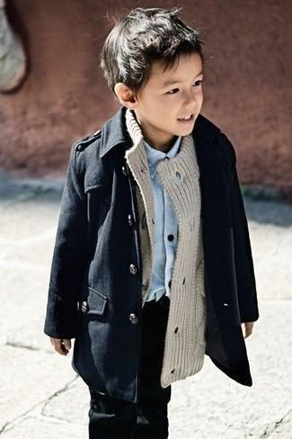 Come indossare e abbinare: trench nero, cardigan grigio, camicia a maniche lunghe azzurra, jeans neri