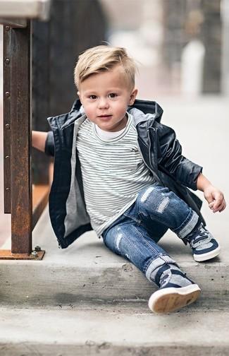 Come indossare: trench nero, t-shirt a righe orizzontali bianca e nera, jeans blu, sneakers grigie