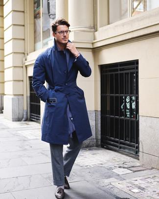 Come indossare e abbinare: trench blu scuro, pantaloni eleganti di lana grigio scuro, mocassini con nappine in pelle neri, sciarpa blu scuro