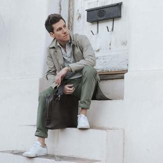 Trend da uomo 2020 in modo smart-casual: Metti un trench grigio e chino verde oliva per un look elegante ma non troppo appariscente. Per distinguerti dagli altri, prova con un paio di sneakers basse di tela bianche.