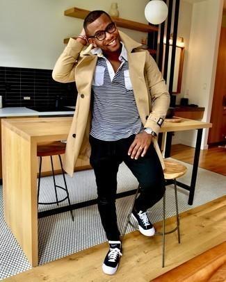 Come indossare e abbinare jeans aderenti strappati neri: Potresti combinare un trench marrone chiaro con jeans aderenti strappati neri per un look semplice, da indossare ogni giorno. Sneakers basse di tela nere e bianche sono una valida scelta per completare il look.