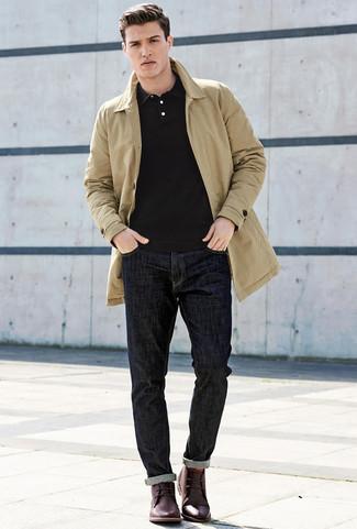 Look alla moda per uomo: Trench marrone chiaro, Polo nero, Jeans blu scuro, Chukka in pelle bordeaux
