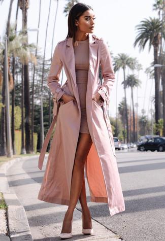 Come indossare: trench rosa, vestito aderente rosa, décolleté in pelle rosa