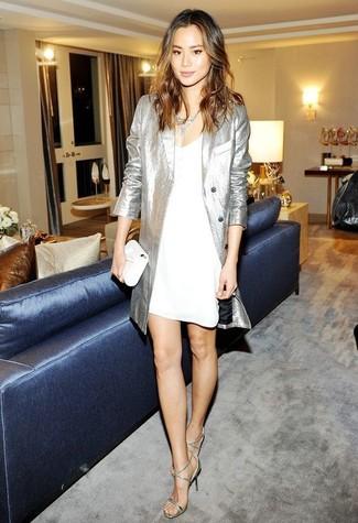 Come indossare: trench argento, sottoveste bianca, sandali con tacco in pelle argento, pochette in pelle bianca