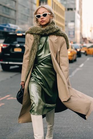 Come indossare: trench marrone chiaro, sottoveste di raso verde menta, stivali al ginocchio in pelle bianchi, borsa a mano in pelle nera