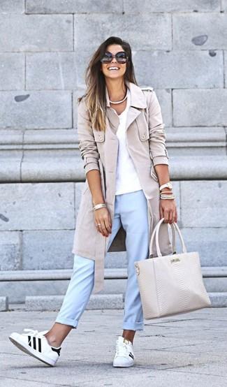 Come indossare: trench beige, t-shirt con scollo a v bianca, chino azzurri, sneakers basse in pelle bianche e nere