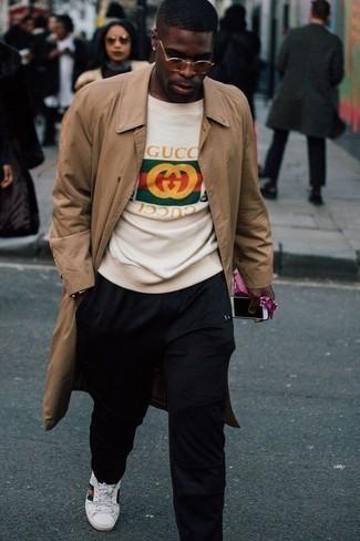 Trend da uomo 2020: Potresti indossare un trench marrone chiaro e chino neri per un drink dopo il lavoro.