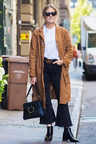 Come indossare: trench in pelle scamosciata marrone, t-shirt girocollo bianca, jeans a campana neri, stivaletti in pelle neri
