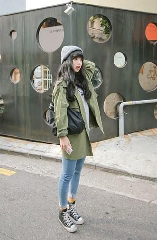Impreziosisci il tuo lokk per il tempo libero con un trench verde e jeans aderenti azzurri. Per distinguerti dagli altri, prova con un paio di sneakers alte nere e bianche.