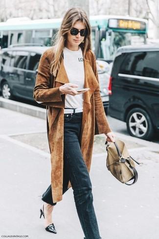 Questo abbinamento di un trench in pelle scamosciata marrone e jeans neri è perfetto per il tempo libero. Scegli un paio di décolleté in pelle neri per mettere in mostra il tuo gusto per le scarpe di alta moda.
