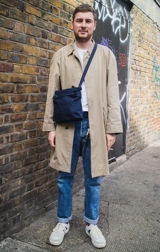 Come indossare e abbinare sneakers basse in pelle scamosciata grigie: Metti un trench marrone chiaro e jeans blu, perfetto per il lavoro. Scegli un paio di sneakers basse in pelle scamosciata grigie come calzature per avere un aspetto più rilassato.