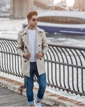 Come indossare e abbinare jeans blu: Metti un trench beige e jeans blu per un look da sfoggiare sul lavoro. Calza un paio di sneakers basse di tela bianche per avere un aspetto più rilassato.