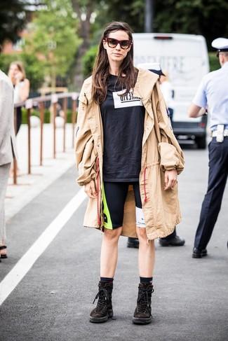 Come indossare: trench marrone chiaro, t-shirt girocollo stampata nera e bianca, pantaloncini ciclisti stampati neri, stivali piatti stringati in pelle scamosciata marrone scuro
