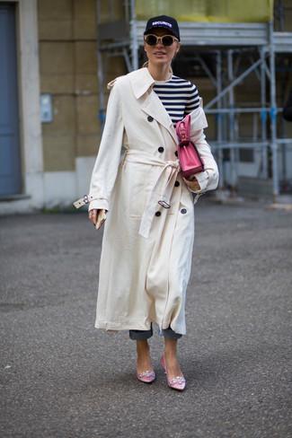 Come indossare: trench bianco, t-shirt manica lunga a righe orizzontali bianca e nera, jeans blu, décolleté di raso decorati rosa