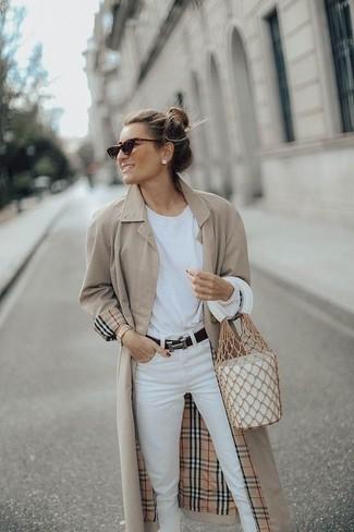 Come indossare e abbinare una t-shirt manica lunga bianca: Opta per una t-shirt manica lunga bianca e jeans bianchi per un fantastico look da sfoggiare nel weekend.