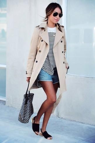 Look alla moda per donna: Trench beige, T-shirt manica lunga a righe orizzontali bianca e nera, Pantaloncini di jeans blu, Sandali piatti in pelle scamosciata neri