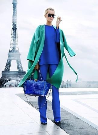 Come indossare: trench verde, t-shirt manica lunga blu, pantaloni eleganti blu, décolleté in pelle blu