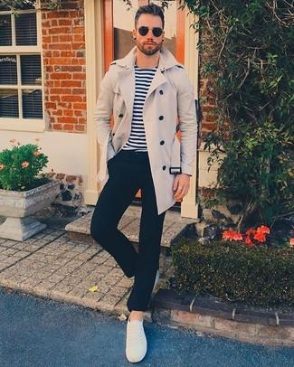 Come indossare: trench beige, t-shirt manica lunga a righe orizzontali bianca e blu scuro, pantaloni eleganti neri, sneakers basse di tela bianche