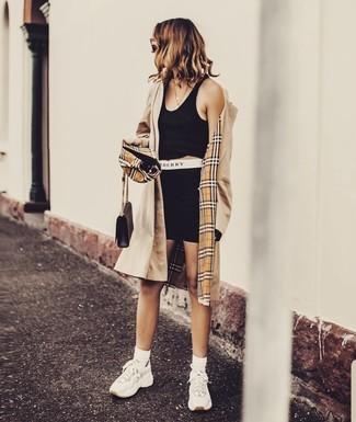 Come indossare e abbinare scarpe sportive bianche: Combina un trench marrone chiaro con pantaloncini ciclisti neri per un look semplice, da indossare ogni giorno. Per distinguerti dagli altri, opta per un paio di scarpe sportive bianche.