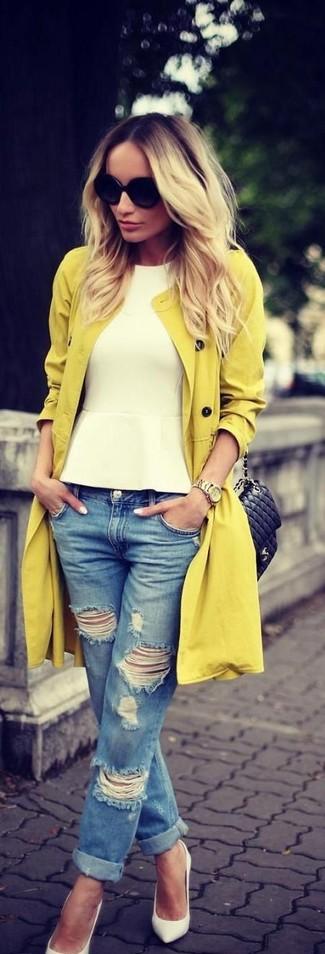 Mostra il tuo stile in un trench senape con boyfriend jeans strappati blu per un outfit comodo ma studiato con cura. Mettiti un paio di décolleté in pelle bianchi per mettere in mostra il tuo gusto per le scarpe di alta moda.