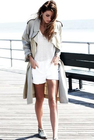 Come indossare: trench beige, top senza maniche all'uncinetto bianco, pantaloncini bianchi, scarpe oxford in pelle bianche e nere