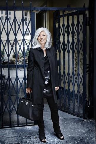 Come indossare: trench nero, tunica di seta stampata nera e bianca, pantaloni skinny neri, stivaletti in pelle tagliati neri