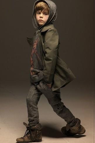 Come indossare e abbinare: trench verde oliva, felpa con cappuccio grigia, pantaloni sportivi grigio scuro, stivali marroni