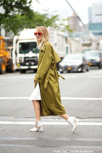 Come indossare: trench verde oliva, vestito longuette bianco, stivaletti in pelle bianchi, occhiali da sole arancioni