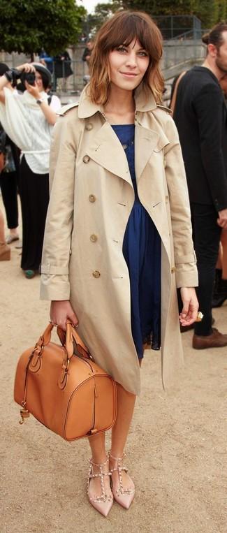 Look alla moda per donna: Trench beige, Vestito a pieghe blu scuro, Décolleté in pelle con borchie beige, Cartella in pelle terracotta