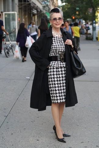 Come indossare e abbinare: trench nero, vestito a tubino con motivo pied de poule bianco e nero, décolleté in pelle neri, borsa shopping in pelle nera