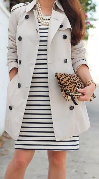 Look alla moda per donna: Trench beige, Vestito a tubino a righe orizzontali nero e bianco, Pochette in pelle scamosciata leopardata marrone, Collana di perle bianca