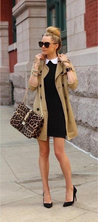 Look alla moda per donna: Trench marrone chiaro, Vestito aderente nero, Décolleté in pelle scamosciata neri, Borsa a tracolla in pelle scamosciata leopardata marrone